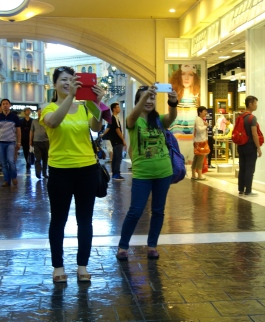 Happy tourists in The Venetian Macau _ expatlingo.com